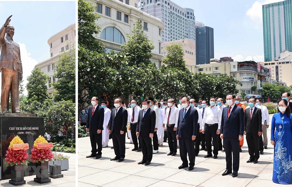 Chủ tịch nước Nguyễn Xuân Phúc dâng hoa tại Công viên Tượng đài Chủ tịch Hồ Chí Minh. (Ảnh: Thống Nhất/TTXVN)