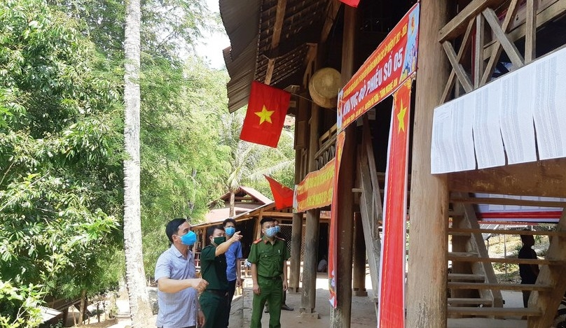 Cán bộ Đồn Biên phòng Mỹ Lý, huyện Kì Sơn phối hợp cùng chính quyền địa phương kiểm tra tình hình chuẩn bị bầu cử