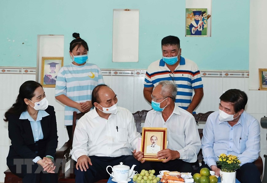 Chủ tịch nước Nguyễn Xuân Phúc đã thăm và tặng quà cho ông Lê Văn Cao, sinh năm 1948, thương binh 81% tại xã Tân Thới Thượng, huyện Hóc Môn