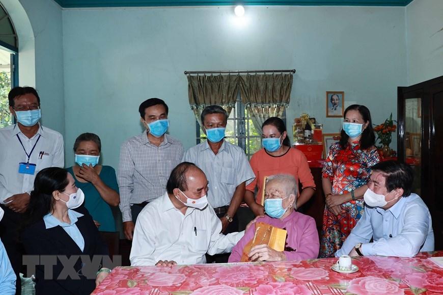 Chủ tịch nước Nguyễn Xuân Phúc đã thăm và tặng quà cho Mẹ Việt Nam Anh hùng Nguyễn Thị Sè tại xã Tân Thới Thượng, huyện Hóc Môn