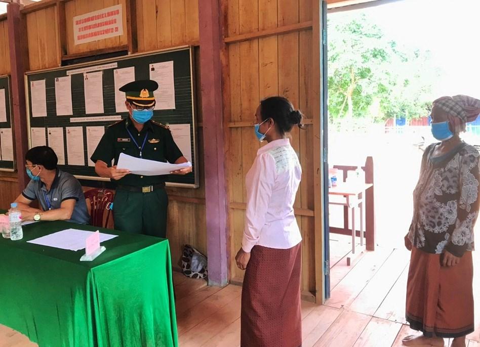 Cử tri thị trấn Phong Nha Kẻ Bàng, huyện Bố Trạch, tỉnh Quảng Bình đi bỏ phiếu bầu cử sớm