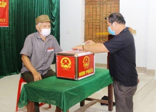 Ông Can Văn Thiết ở xã Cam Lâm, huyện Con Cuông, tỉnh Nghệ An là cử tri thuộc gia đình tiêu biểu bỏ phiếu bầu đầu tiên ở đơn vị này