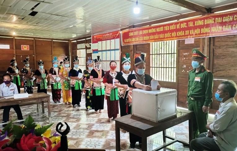 Đồng bào Mông ở xã Mường Lống, huyện Kì Sơn, tỉnh Nghệ An đi bỏ phiếu bầu cử sớm