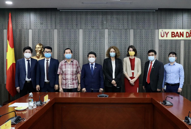 Bộ trưởng, Chủ nhiệm Hầu A Lềnh; bà Carolyn Turk, Giám đốc WB tại Việt Nam cùng các đại biểu chụp ảnh lưu niệm