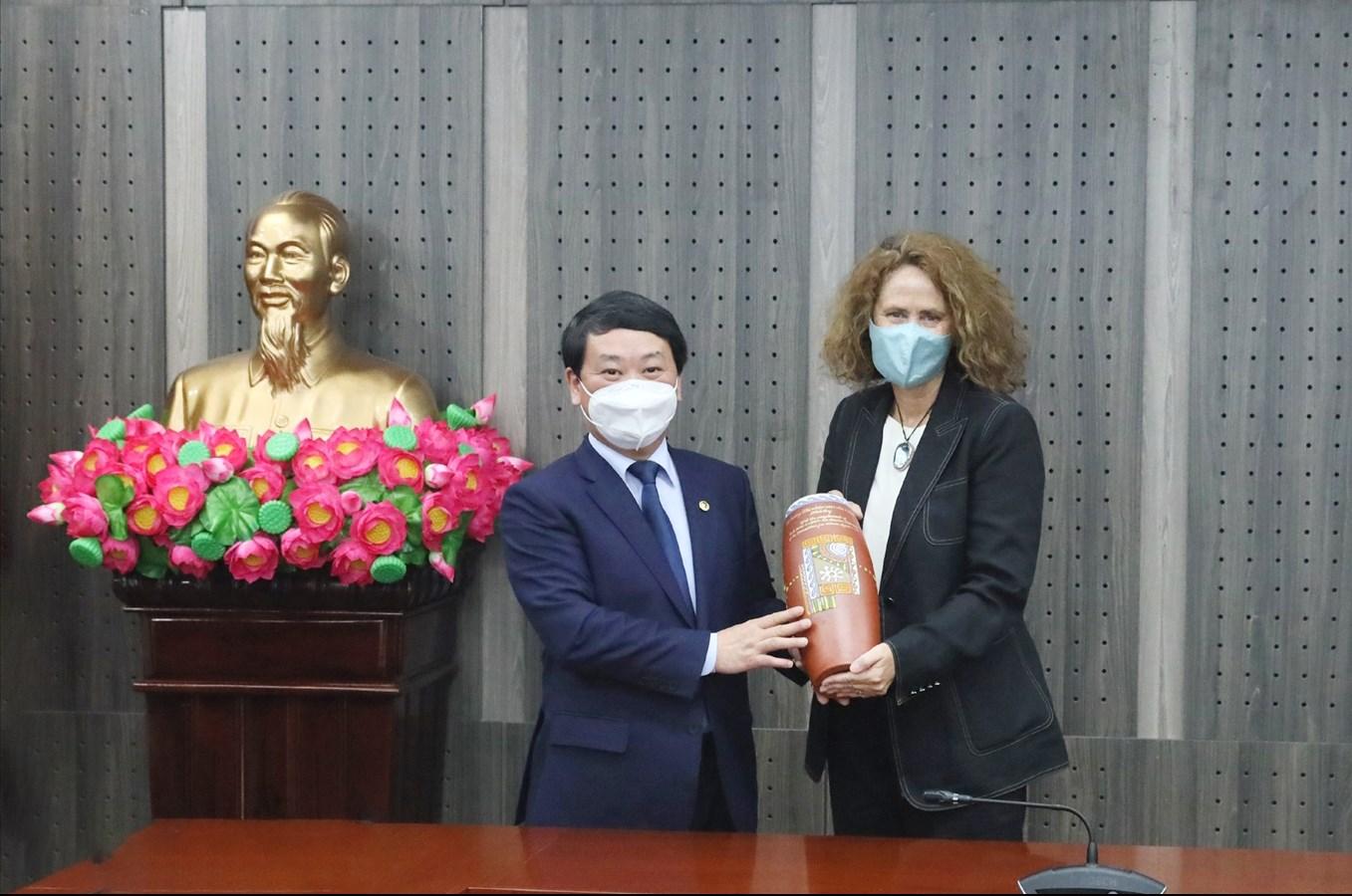 Bộ trưởng, Chủ nhiệm Hầu A Lềnh tặng quà của UBDT cho bà Carolyn Turk
