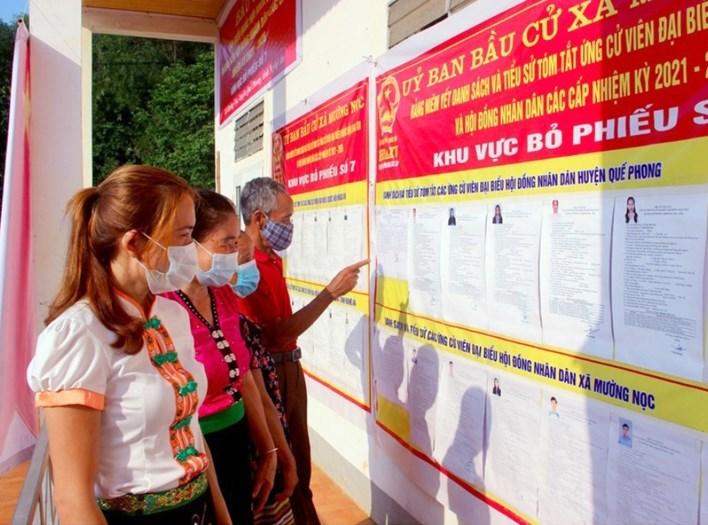Cử tri huyện Quế Phong, tỉnh Nghệ An tìm hiểu thông tin đại biểu trước khi bỏ phiếu bầu