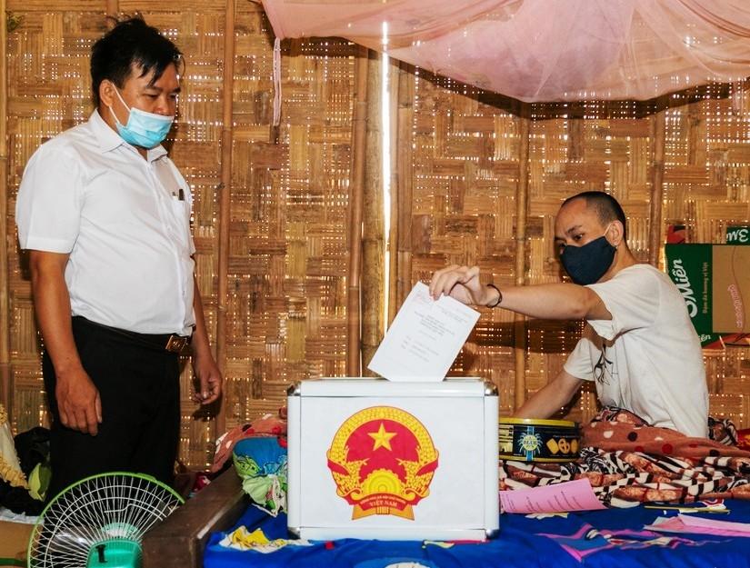 Cử tri Lô Văn Mậu ở bản Huồi Tố 1, xã Mai Sơn, huyện Tương Dương (Nghệ An) bỏ phiếu tại nhà