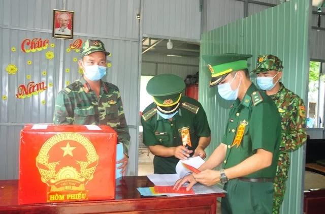 Cán bộ, chiến sỹ chốt biên phòng, kiểm soát dịch COVID-19 số 5 thuộc Đồn biên phòng cửa khẩu quốc tế Hoa Lư bỏ phiếu, thực hiện quyền cử tri ngay tại chốt. Ảnh: TTXVN
