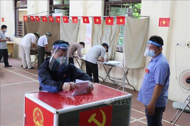 Cử tri xã Mão Điền, huyện Thuận Thành, tỉnh Bắc Ninh đi bỏ phiếu bầu. Ảnh: Thanh Thương/TTXVN