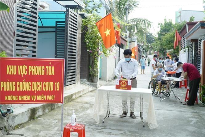Cử tri bỏ phiếu vào hòm phiếu phụ ở các điểm cách ly tập trung tại tỉnh Điện Biên. Ảnh: Xuân Tư/TTXVN