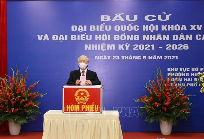 Tổng Bí thư Nguyễn Phú Trọng bỏ phiếu bầu đại biểu Quốc hội khoá XV và đại biểu Hội đồng nhân dân các cấp nhiệm kỳ 2021- 2026. Ảnh: Trí Dũng/TTXVN