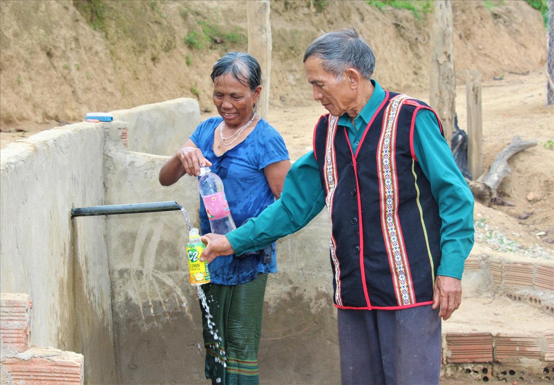 Công trình nước giọt do già làng A Lào tiên phong xây dựng được đông đảo người dân hưởng ứng, đóng góp ngày công, tiền bạc để làm