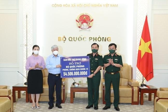 Chủ tịch Uỷ ban Trung ương MTTQ Việt Nam Đỗ Văn Chiến trao số tiền hỗ trợ cho Thượng tướng Hoàng Xuân Chiến, Thứ trưởng Bộ Quốc phòng.