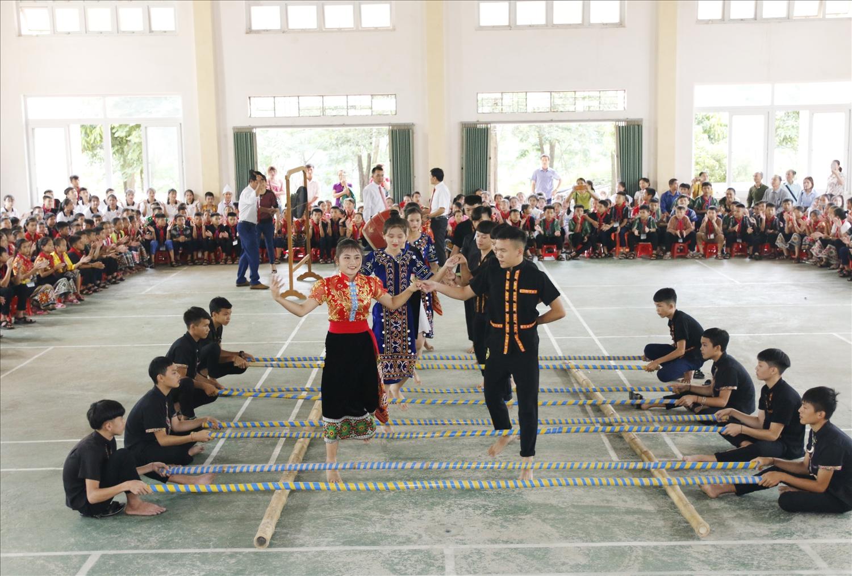Các buổi ngoại khóa, nhà trường thường tổ chức các trò chơi dân gian và các làn điệu dân ca, dân vũ