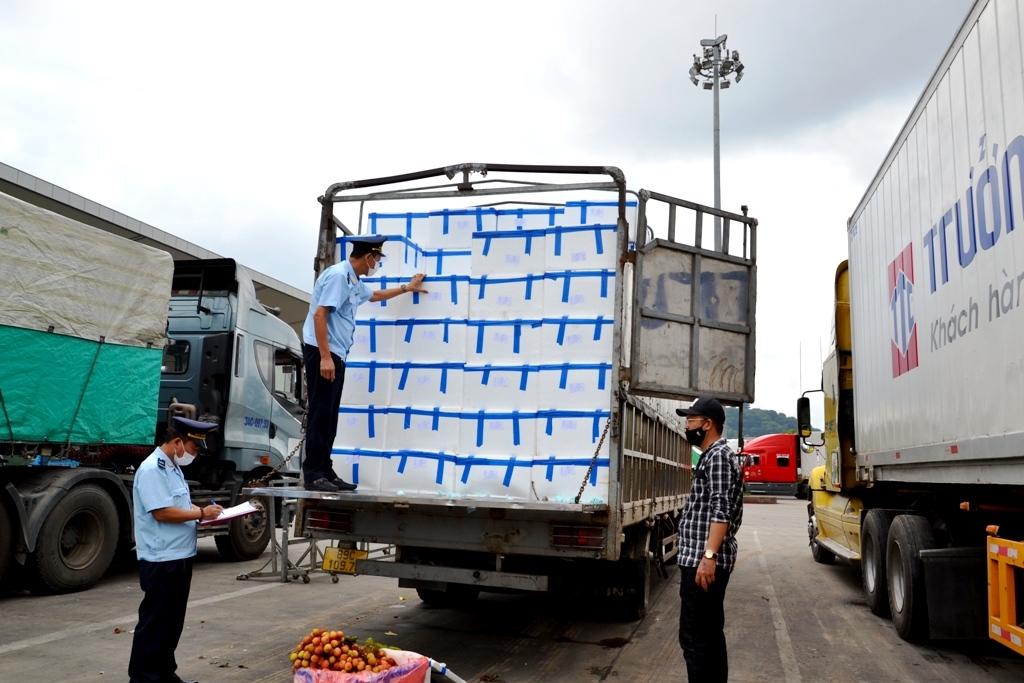 Lực lượng Hải quan cửa khẩu kiểm tra hàng hóa chuẩn bị thông quan
