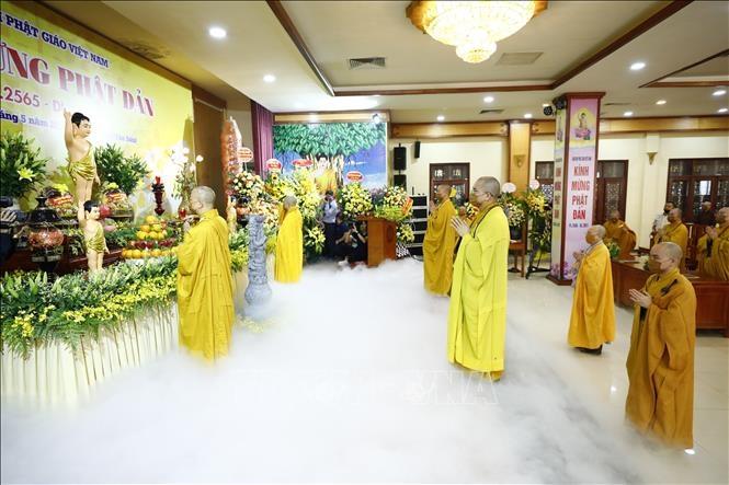 Các hoà thượng và chư tôn đức thực hiện nghi thức Tắm Phật. Ảnh: Minh Đức/TTXVN