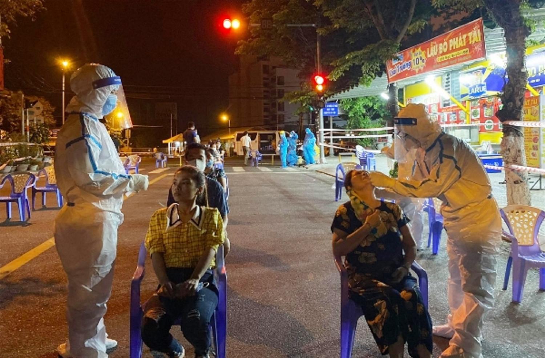 Nhân viên y tế tại Đà Nẵng đã nhiều đêm không ngủ để xét nghiệm, truy vết các trường hợp nghi nhiễm Covid-19