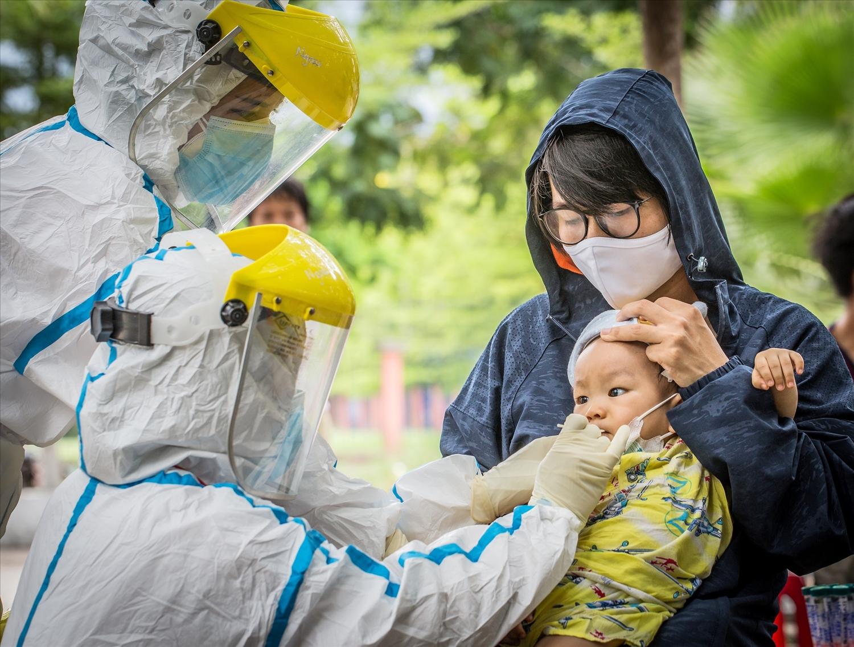 Hàng ngàn nhân viên y tế tại Đà Nẵng miệt mài, cần mẫn, chạy đua với thời gian để hoàn thành khối lượng công việc khổng lồ