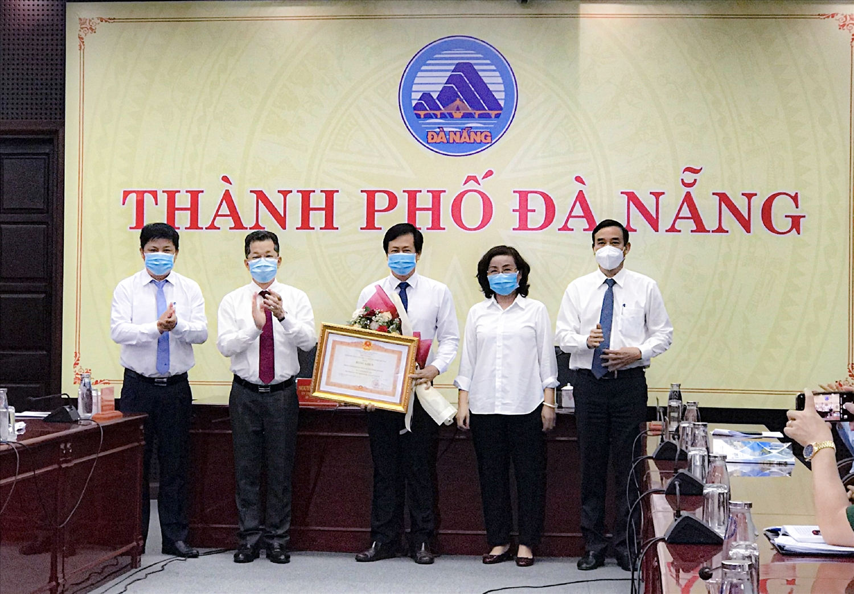 CDC Đà Nẵng nhận Bằng khen của Thủ tướng Chính phủ về những thành tích nổi bật trong công tác phòng chống dịch Covid- 19 những ngày vừa qua