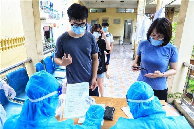Người dân khu vực nguy cơ khai báo y tế, lấy mẫu xét nghiệm. Ảnh: TTXVN