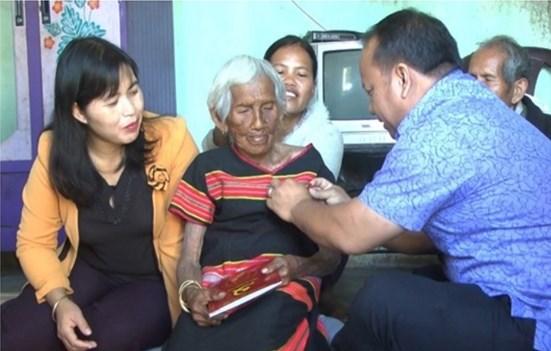 Bí thư Huyện ủy Đắk Hà - Ka Ba Thành trao Huy hiệu 60 năm tuổi Đảng cho bà Y Kria, xã Ngọc Réo