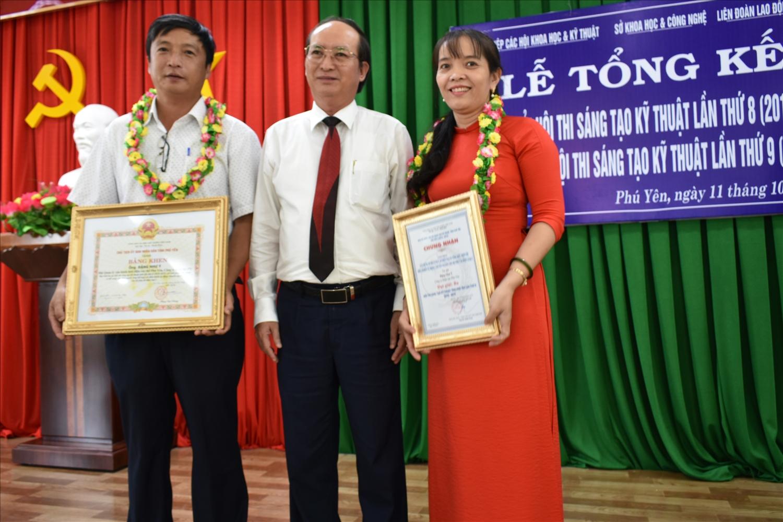 Cô giáo Huỳnh Thị Chung (bên phải) nhận giải thưởng tại Hội thi Sáng tạo kỹ thuật tỉnh Phú Yên lần thứ 8. Ảnh: H.H.THẾ