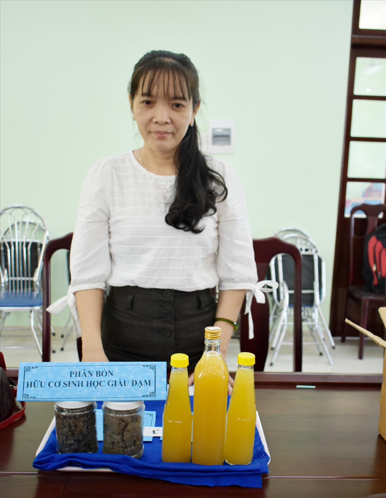 Cô giáo Huỳnh Thị Chung, thuyết trình sản phẩm tại Chung khảo Hội thi Sáng tạo Kỹ thuật tỉnh Phú Yên lần thứ 8 năm . Ảnh: H.H.THẾ