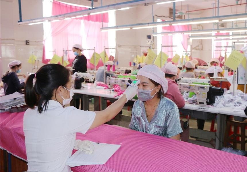 Đo thân nhiệt cho công nhân tại công ty thuộc KCN Bắc Vinh - Nghệ An