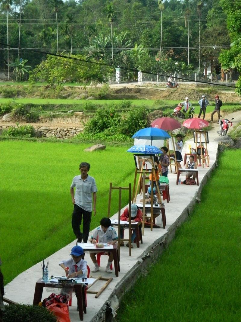 Một hội thi mỹ thuật thiếu nhi được tổ chức ở làng cổ Lộc Yên, xã Tiên Phước (Ảnh chụp tại thời điểm chưa xảy ra dịch Covid-19)