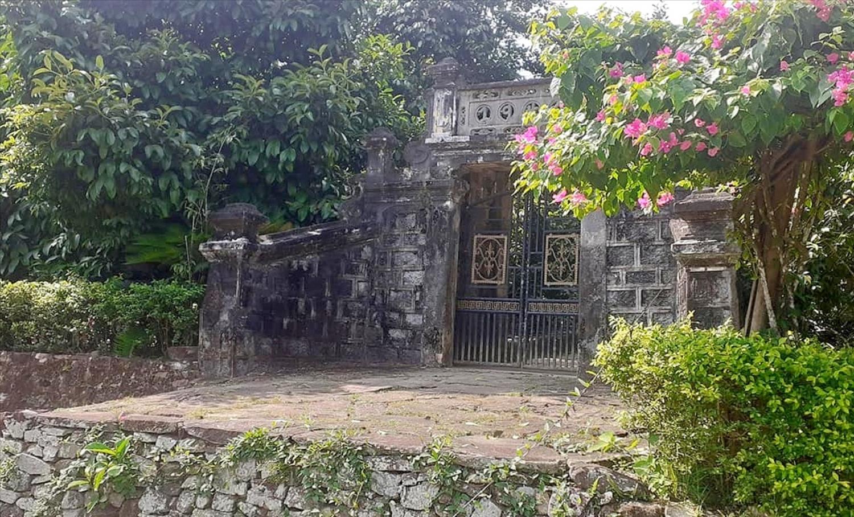 Cổng nhà rêu phong, cổ kính