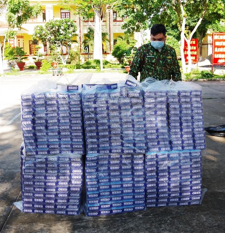Cán bộ Đồn Biên phòng Vĩnh Nguơn kiểm đếm tang vật vụ buôn lậu thuốc lá. Ảnh: Trọng Hà/BBP