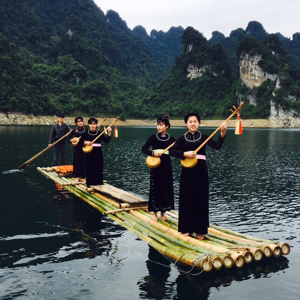 Đội văn nghệ ở Lâm Bình, Tuyên Quang biểu diễn phục vụ khách du lịch