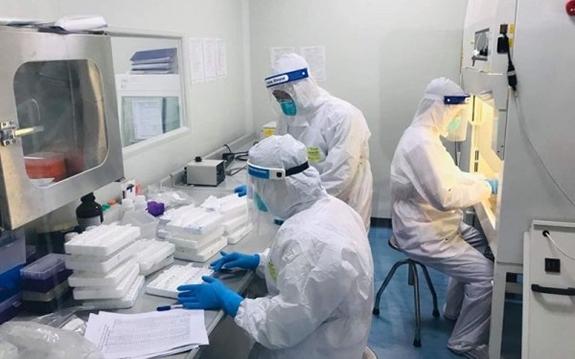 Xét nghiệm Covid-19 cho công nhân tại Bắc Giang. Ảnh: Bộ Y tế