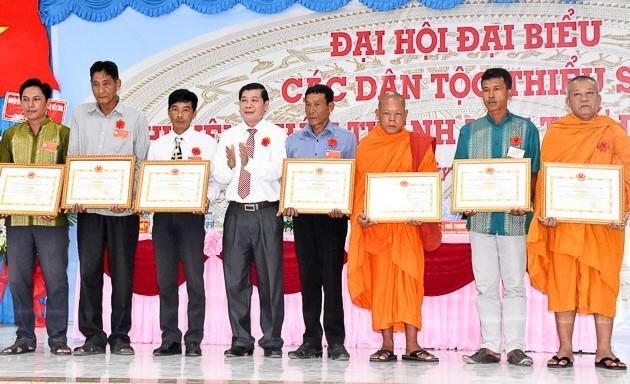 Anh Huỳnh Sa Vết (người thứ 2 từ phải qua) nhận bằng khen của Chủ tịch UBND huyện tại Đại hội đại biểu các dân tộc thiểu số cấp huyện