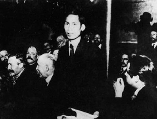 Nguyễn Ái Quốc tại Đại hội lần thứ XVIII của Đảng Xã hội Pháp ở Tua, tháng 12-1920.