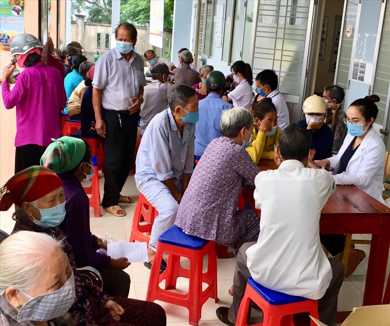 Bác sỹ Ly tư vấn khám sức khỏe cho người cao tuổi tại xã Long Sơn, huyện Minh Long (tháng 9/2020)