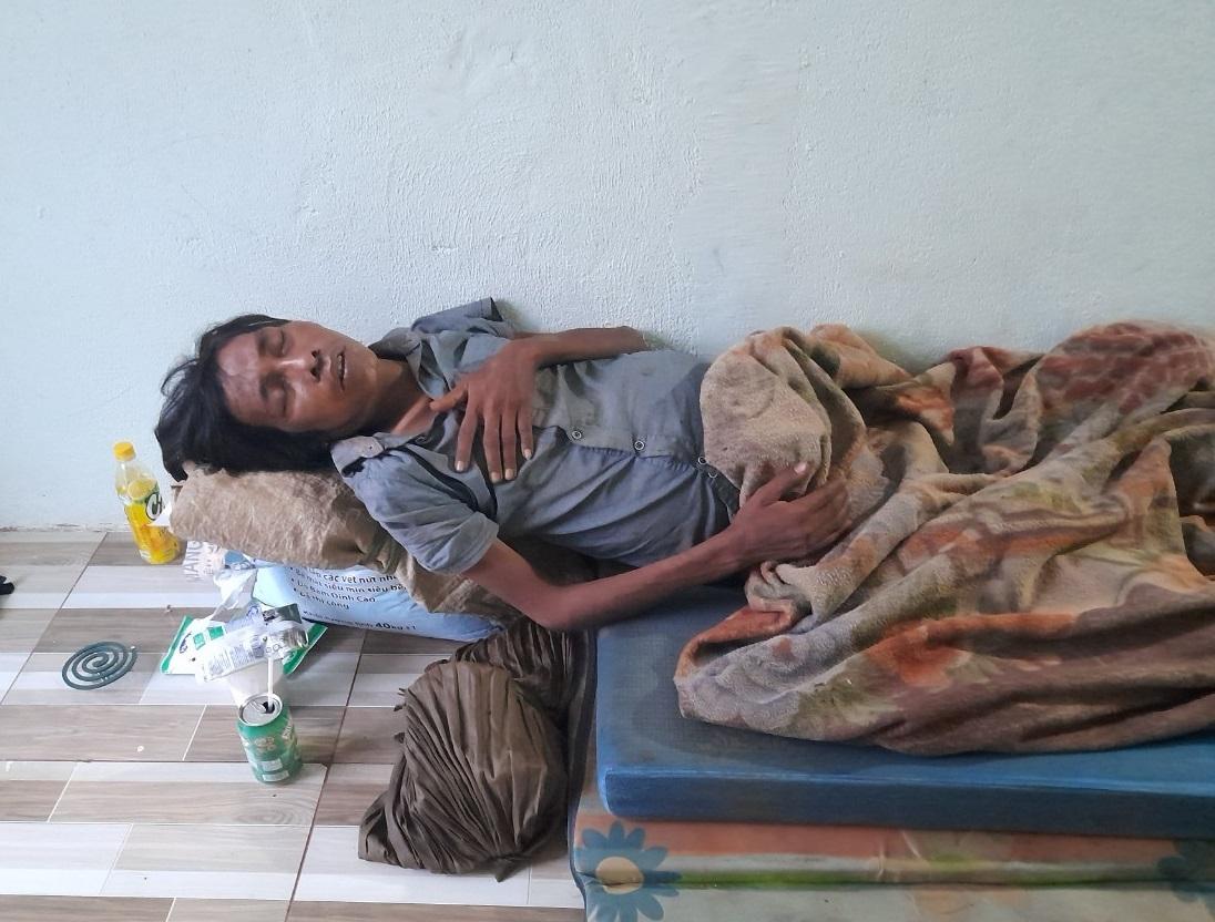 Ông Phạm Văn Phương, dân tộc Chơ Rơ, một người dân ấp Thuận An, cũng bị nhóm Quốc, Dũng đánh trọng thương giờ phải nằm một chỗ không có thuốc chữa bệnh