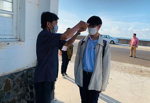 Học sinh đến trường thực hiện nghiêm túc các biện pháp phòng dịch Covid-19. Ảnh: BBT