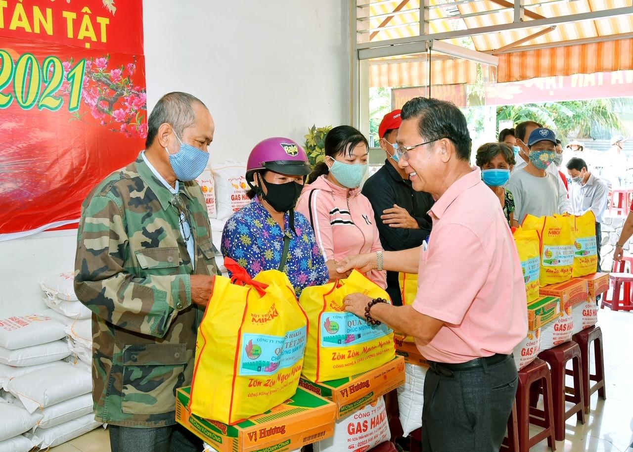 Mỗi năm ông Lư Hớn Kia trao từ 400 đến 500 phần quà cho bà con nghèo ăn Tết