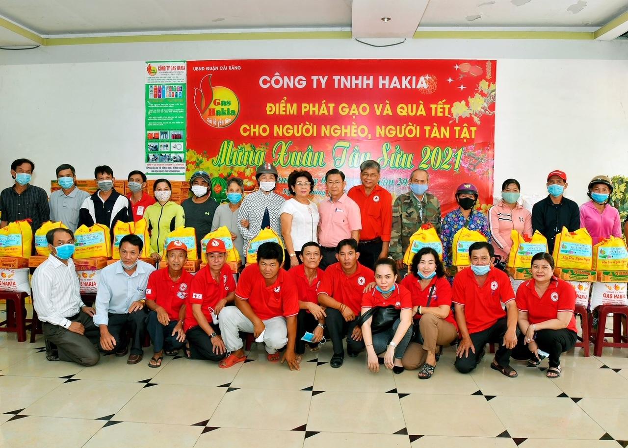 Ông Lư Hớn Kia (áo hồng) tham gia các hoạt động từ thiện xã hội, góp phần xóa đói, giảm nghèo tại địa phương