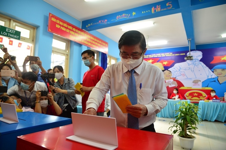 Ông Nguyễn Thành Phong, Chủ tịch UBND TP Hồ Chí Minh bỏ phiếu thực hiện quyền bầu cử tại thành phố Thủ Đức trong ngày 23/5.