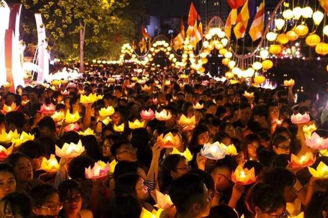 Nghi thức thả hoa đăng và cầu nguyện những điều tốt lành nhân dịp lễ Phật đản 2019 tại chùa Pháp Hoa (quận 3, TP HCM). ảnh: Hữu Thắng.