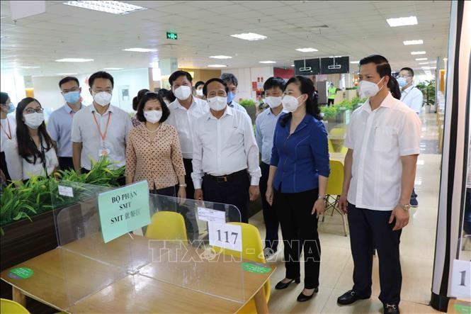 Phó Thủ tướng Chính phủ Lê Văn Thành kiểm tra khu nhà ăn của Công ty TNHH Goertek Vina, khu công nghiệp Quế Võ.