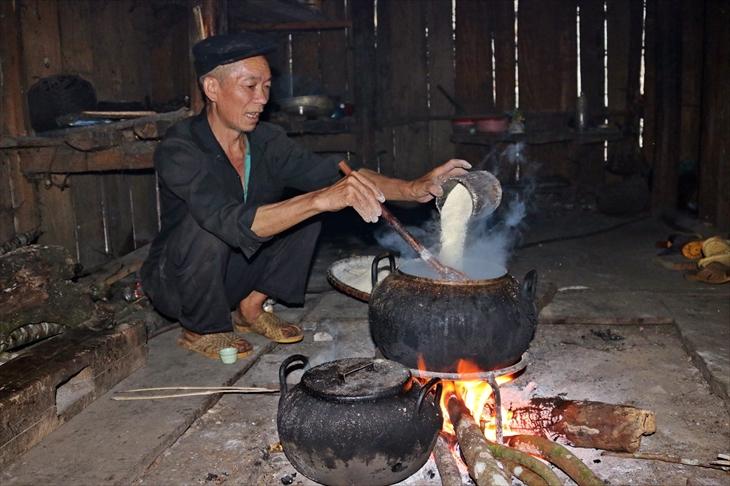 Bữa tối của gia đình ông Chảo Khì Nhàn chỉ có nồi cháo ngô. Ảnh: Bích Nguyên