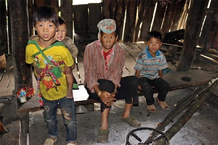 Những đứa trẻ lem luốc ở Cà Lò. Ảnh: Bích Nguyên