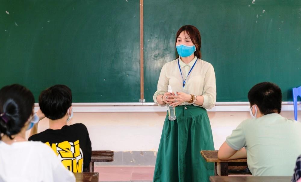Các giám thị coi thi nhắc nhở thí sinh đảm bảo công tác phòng dịch trong suốt cả kì thi