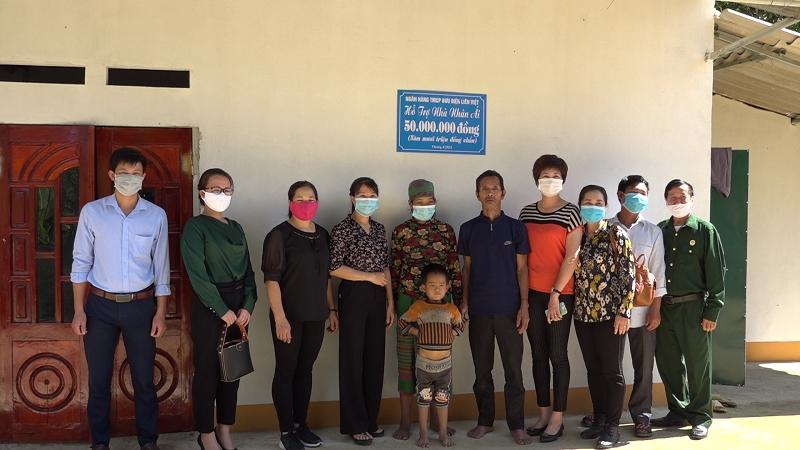 """Trao """"Nhà nhân ái"""" cho gia đình chị Quàng Thị Biên"""