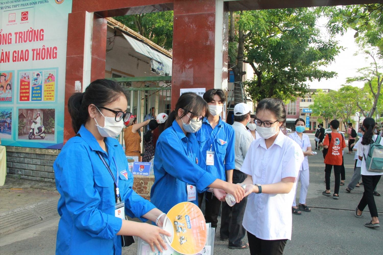 Các thí sinh rửa tay sát khuẩn trước khi bước vào phòng thi