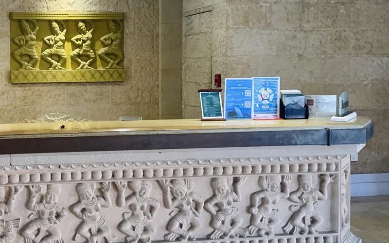 Bảng hướng dẫn du khách cài đặt và sử dụng ứng dụng Du lịch Việt Nam an toàn luôn được đặt tại quầy lễ tân của Furama Resort Đà Nẵng (Ảnh: Khách sạn cung cấp)