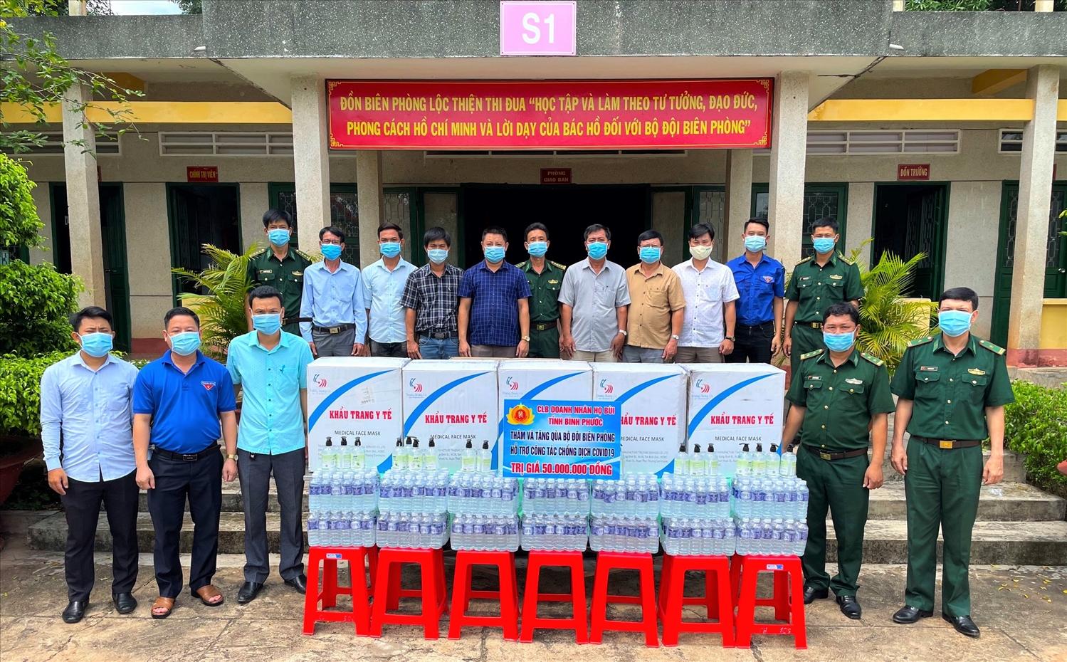 Thành Đoàn Đồng Xoài thăm hỏi, tặng quà cho cán bộ, chiến sĩ Đồn biên phòng Lộc Thiện (huyện Lộc Ninh).
